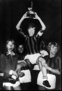 Femina celebrate their win, resplendent in Rossoneri livery